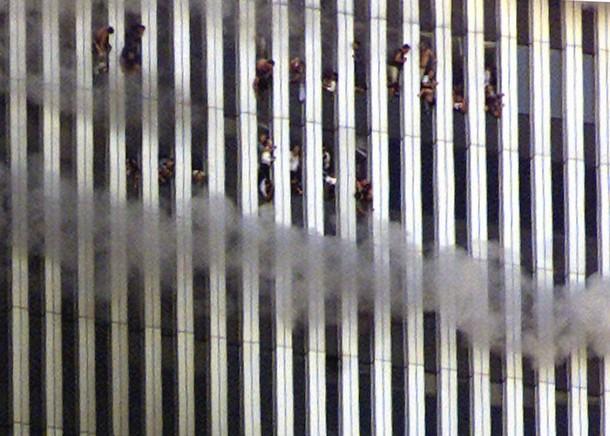 Des personnes bloquées dans la tour nord du World Trade Center, le 11 septembre 2001. reuters