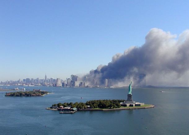 La statue de la Liberté et Manhattan après les attaques, le 11 septembre 2001. semendinger